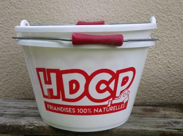 Seau d'écurie HDCP en plastique dur, Équipé d'une anse en métal et d'une poignet en plastique. Contenance ~15 litres, graduations à l'intérieure Couleurs : blanc et rouge Parfais pour distribuer les rations, eau et même des bonbons HDCP !