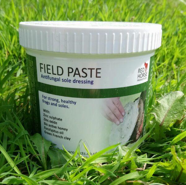 """Field Paste est un """"mastic"""" ultra collant, conçut à la base, exclusivement, pour les chevaux ou autres équidés vivant au champ toute l'année et présentant des problèmes de fourchettes pourries ou autres infections du sabot récurrentes. Il résiste très bien à l'humidité et à la boue. 100% naturel et biodégradable. A l'utiliser uniquement sur le dessous du pied, il offre une forte action antibactérienne et antifongique. Véritable bouclier contre les agents extérieurs, il assainit le pied et favorise une reconstitution des tissus sains. Ça consistance unique et vraiment collante, permet un traitement sur une plus longue durée que les produits les plus courants (je peux vous le confirmer ! Même après deux semaine, Mikado en avait encore sous le pied !). Pot de 500ml Applications : 1 à 2 fois par semaines, en vous équipent de gants, ce produit ne peut pas s'appliquer au pinceau, il est très difficile à retirer de votre peau ou de vos vêtements. Il faut l'appliquer en couche fine sur toute la surface du dessous du pied pour un meilleure traitement ou simplement sur la zone à traiter. Le pied doit être bien nettoyé avant l'application. Produit anglais. Ingrédients : argile verte française, oxyde de zinc, miel bio, huile essentielle d'eucalyptus."""