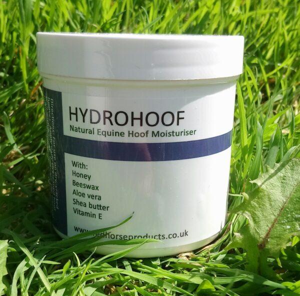 HydroHoof est un baume hydratant pour sabot, à base de miel, il est a utiliser sur les sabots secs et cassants. Conçut pour rééquilibrer l'humidité contenue dans le pieds de votre cheval (ou autre équidé), il permet à la corne de redevenir souple, sans surplus d'eau. Ce baume contient de la cire d'abeille qui va aider à prévenir la perte d'humidité. Sa formule va aussi offrir une protection antibactérienne et antifongique. Conseils d'application : après avoir nettoyer les sabots, on l'applique à l'aide d'un pinceau sur le dessus et le dessous du pied. Si les sabots de votre cheval son très sec et cassant il faut l'appliquer 1x/jour jusqu'à l'amélioration de corne puis espacer les applications. Produit anglais, 100% naturel et biodégradable Pot de 190 ml Ingrédients : Le miel bio : pour l'action antibactérienne et antifongique, il permet également au baume de bien adhérer au pied. L' huile d'amande douce : elle permet une bonne hydratation et un bon équilibre d'humidité dans le pied. Le gel d' aloe vera : il offre hydratation et une action antibactérienne. Le beurre de karité : il permet une bonne hydratation et un protection anti UV naturelle. L'eau : pour la consistance du produit. La cire d'abeille : elle va créer une barrière contre la perte d'humidité. L' alcool ceteryl : un émulsifiant qui va permettre au baume de garder un mélange homogène entre les éléments huileux et les ingrédients à base d'eau. La vitamine E : qui va revitaliser le sabot L' huile essentielle de bergamote : elle offre une action antibactérienne et antifongique pour aider le sabot à reprendre un équilibre saint.