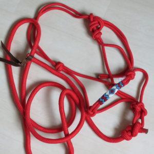 Licol pré-noué en polypropylène, double lien en cuir à l'extrémité de la longe. Muserolle rehaussée de perles contrastées. Nœud Fiador Longueur de la longe : 3 mètres (sans mousqueton il faut la nouer au licol, livrée nouée) Couleur : Rouge Licol pré-noué, possibilité de l'ajuster à votre monture. Le licol éthologique est utilisés pour le travail à pied, l'éthologie et d'autres disciplines, comme l' Equifeel, basées sur le travail de confiance grâce à des exercices ludiques entre monture et cavalier, à pied ou monté. Mise en garde : il ne faut pas utiliser pour attacher votre cheval ou lui laisser au champ. Le licol éthologique est fabriqué avec un seul bout de corde. Il n'y a aucun point de rupture possible.