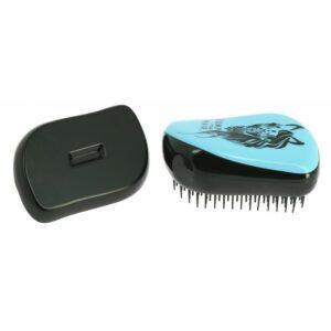 Une petite brosse à emmener partout. Elle est idéale pour démêler, coiffer ou répartir l'Huile de Soin JUMP YOUR HAIR ou appliquer la Laque Fixante JUMP YOUR HAIR. Elle respecte vos cheveux et les crins, une vrai brosse anti-casse ! Grâce à son capot, les dents de cette brosse ne s'abîment pas, ne se salissent pas. Elle se nettoie très facilement à l'eau après son utilisation (résidus de produits, de poussières, etc...). Dimensions : 10 cm x 6,5 cm. Découvrez tous les produits JUMP YOUR HAIR