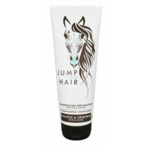 Un secret de beauté qui nous est murmuré à l'oreille par les chevaux... Sa formule professionnelle combine la Kératine, protéine de la fibre capillaire et la Biotine, vitamine vedette des écuries intervenant dans le renouvellement des cellules des Cheveux & Crinières. Non-irritant, le shampoing réparateur JUMP YOU HAIR lave en douceur et nourrit tous types de Cheveux & Crinières. Parfumé d'une subtile touche de cuir. Alors, en piste ? Appliquez sur Cheveux & Crinières mouillés. Massez pour faire mousser puis rincez. Pour un parcours sans faute, utilisez ensuite l'après-shampoing réparateur JUMP YOUR HAIR. Composé à 90 % d'ingrédients naturels. Plus en détails : Kératine hydrolysée : micro-protéine de kératine, elle pénètre en profondeur les Cheveux & Crinières pour durablement les réparer et les restructurer. Protéine végétale hydrolysée : phyto-kératine qui pénètre la fibre capillaire. Cheveux & Crinières semblent rajeunis. Biotine : vitamine B7 qui permet de stimuler la pousse des Cheveux & Crinières. Grâce à son action sur la composition de la Kératine, cette vitamine aide à rendre Cheveux & Crinières plus souples, plus épais et plus maniables. Bétaïne : Substance issue de la betterave. En plus de ses propriétés hydratantes, elle répare et protège les Cheveux & Crinières des agressions extérieures (UV, froid, chaud). Panthénol : Pro-vitamine B5 qui hydrate en profondeur et durablement les Cheveux & Crinières tout en apaisant le cuir chevelu/la peau. Aloé Véra Bio : le jus de la feuille possède des propriétés anti-irritantes, anti-démangeaison, hydratantes et stimulantes. Arnica Montana : extrait de fleur qui aide à lutter contre l'apparition des pellicules grâce à ses propriétés antibactériennes.