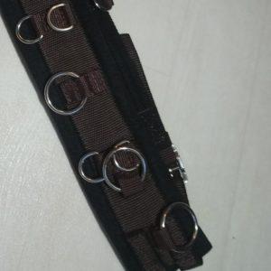 Parfait pour le travail à la longe grâce aux anneaux vous pouvez utiliser divers entraînements ou même le travail à pied/longues rênes. 100% synthétique, la matière principale est le nylon, doublé de feutre qui apporte un véritable confort à votre poney. Taille : mini/shet - circonférence 100 à 130 cm Couleurs : marron et noir