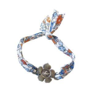 Superbe bracelet en tissu motif fleuri avec petite fleur métallique avec le logo EQUITHÈME au centre. A nouer, pratique il s'adapte à votre poignet ! Mais attention ne le serrez pas trop.