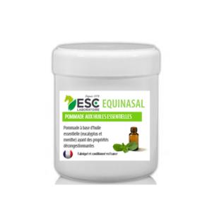 Equinasal est une pommade à base d'huiles essentielles (eucalyptus et menthe) ayant des propriétés décongestionnantes. Equinasal contribue à dégager et assainir les voies respiratoires du cheval, et réduit l'écoulement nasal. Pot 200ml Equinasal, un soin externe qui dégage les voies respiratoires du cheval : Equinasal est une pommade prête à l'emploi enrichie en huiles essentielles reconnues pour leurs propriétés purifiantes des voies respiratoires : Huile essentielle d'Eucalyptus : cette huile essentielle est couramment utilisée afin de faciliter la respiration. Sa teneur en eucalyptol contribue à déboucher les voies respiratoires Huile essentielle de Menthe, qui contient du carvone et du limonène, deux molécules aidant à fluidifier le mucus et à favoriser son expulsion hors des bronches Avec quoi associer Equinasal ? Afin de renforcer l'action décongestionnante des voies respiratoires, Equinasal peut être associé à un traitement oral tel que Equipulm Sirop, un concentré antitussif à base de plantes expectorantes et enrichi en oligo-éléments (cuivre, manganèse) qui dégage les voies respiratoires, comme Bonchomix Composition : Vaseline, huiles essentielles (eucalyptus et menthe). Usage externe. Produit naturel, non dopant. Formulé pour les équidés.