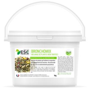 Bronchomix est un mélange unique de 9 plantes déshydratées sélectionnées pour faciliter la respiration des chevaux et le dégagement des bronches. En savoir plus : Bronchomix est un mélange de 9 plantes sélectionnées pour leurs propriétés décongestionnantes sur l'appareil respiratoire du cheval : THYM – TUSSILAGE – EUCALYPTUS – PLANTAIN – BOUILLON BLANC – GUIMAUVE – VERVEINE – ANIS VERT – BOSWELLIA. Cette formule a été élaborée par ESC Laboratoire. La formule très complète de ce complément alimentaire naturel soutient la respiration du cheval, apaise et dégage les bronches encombrées des chevaux grâce aux propriétés de plantes aux vertus complémentaires agissant en synergie et notamment : Thym : Le thym participe au bon fonctionnement et à l'entretien du système respiratoire. Cette plante est bénéfique lors de coup de froid ou de vie en environnement poussiéreux Tussilage : Le tussilage signifie 'qui agit sur la toux' en latin. Cette plante est l'un des plus ancien remède aux problèmes respiratoires Guimauve : La guimauve est traditionnellement utilisé pour dégager et adoucir les voies respiratoires du fait de sa richesse en mucilages Boswelllia serrata : des études scientifiques ont montré le bénéfice d'une complémentation avec du boswellia lors d'asthme respiratoire. Bronchomix est recommandé pour soutenir la respiration du cheval sensible, notamment en cas de vie en environnement poussiéreux. Quelle synergie avec Bronchomix ? Afin de renforcer l'action de ce mélange de plantes pures, appliquer dans les naseaux notre baume nasal Equinasal, notamment lors d'exposition importante à la poussière ou avant un travail par temps froid. En cas d'irritation sévère des bronches, débuter avec l'administration de quelques jours d'Equipulm Sirop avant d'entamer la cure de Bronchomix. Formulé pour les équidés. Bien refermer après usage. Conserver dans un endroit frais et sec. Craint l'humidité. Conseils d' Utilisation : Dose à ajouter à la ration de base d'un cheval adulte (550k